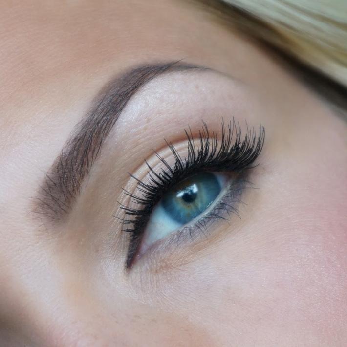 Taupe färg ögonbryn