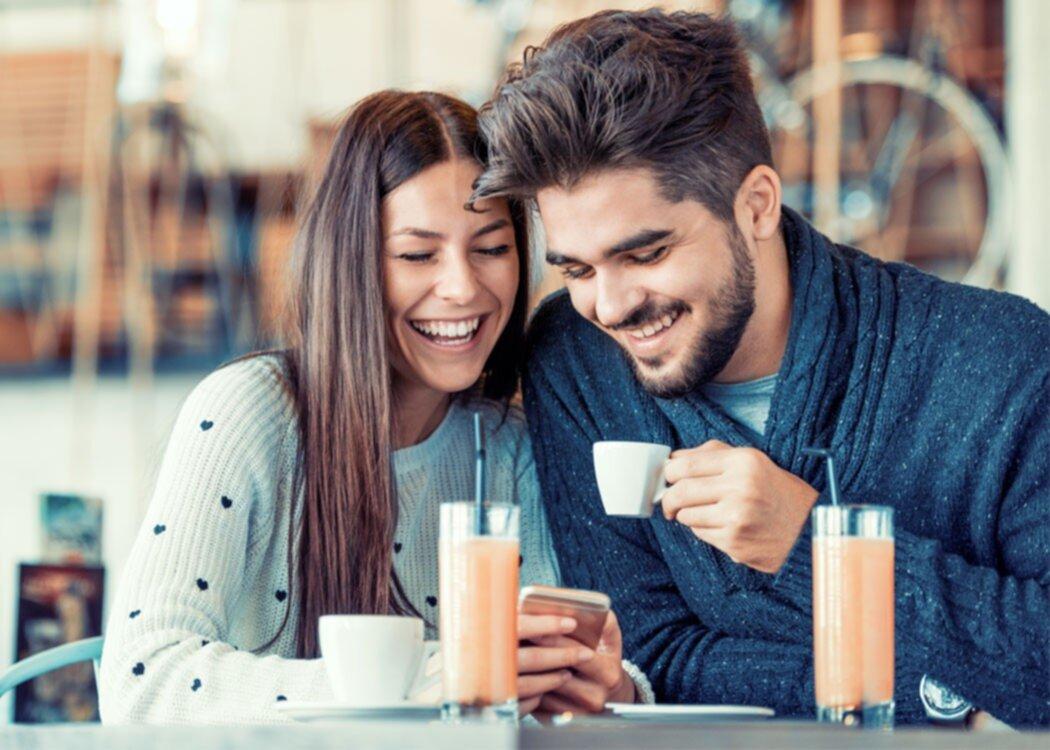 Samtalsämnena som gör att du slipper pinsam tystnad på första dejten – 25 tips