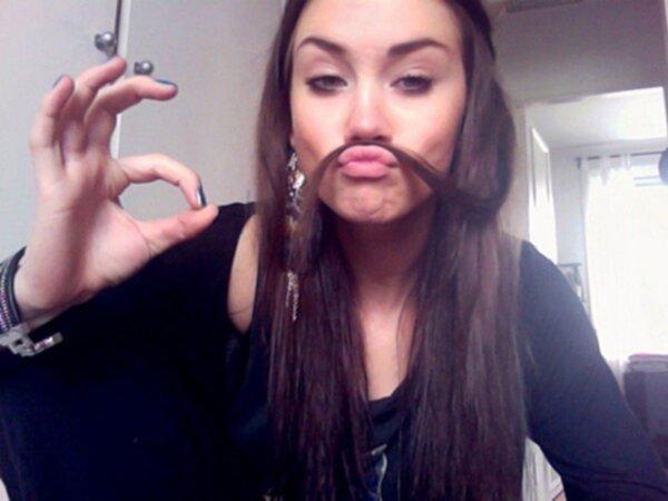 kvinnor med mustasch