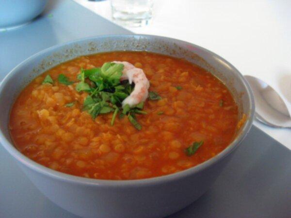 röd linssoppa med räkor
