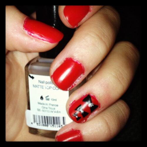 röda matta naglar